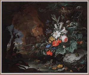Stilleven met bloemen, insekten, kikkers en een hagedis bij een poel in een grot