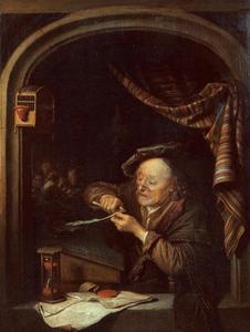 Oude man die zijn pen snijdt