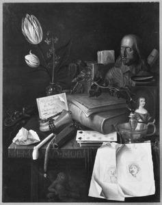 Vanitasstilleven boeken, prenten, muziekinstrumenten en rookgerei op een tafel