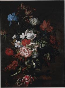 Stilleven van tulpen, irissen en diverse andere bloemen in een urn op een marmeren piëdestal