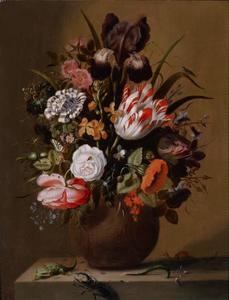 Bloemen in een steengoed vaas op een plint met reptielen en insecten