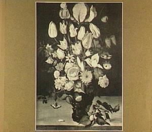 Tulpen, rozen en andere bloemen in een roemer, rechtsonder een braamtakje