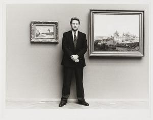 Portret van John Sillevis met twee schilderijen