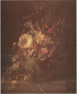 Bloemen in een vaas, met vlinders, op een stenen balustrade