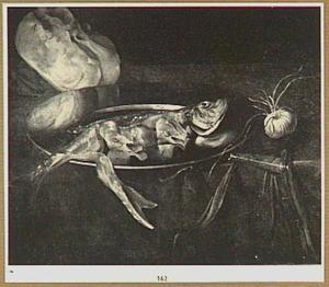 Stilleven met een haring op bord, ui en brood