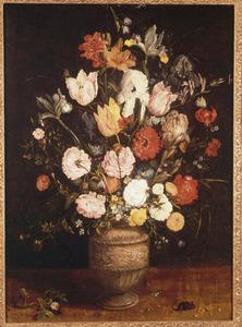 Bloemen in een steengoed kan