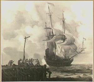 Zeegezicht met een oorlogsschip dat een saluutschot lost, links een aanlegsteiger met vechtende mensen