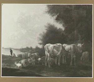 Koeien en schapen op een weide; op de achtergrond twee figuren bij een rivier