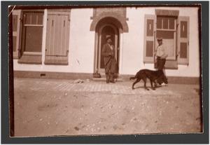 Jan Toorop met een onbekende man en een hond voor zijn huis in Katwijk, september 1899