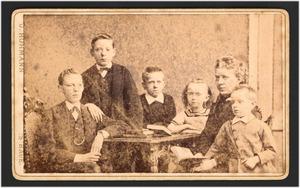 Portret van Marius Bauer op 6-jarige leeftijd met vijf broers en zussen