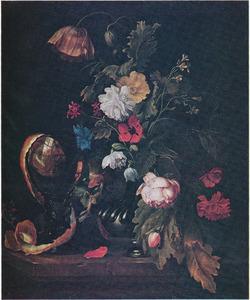 Bloemen in een zilveren vaas, met links daarvan een roemer met halfgeschilde citroen