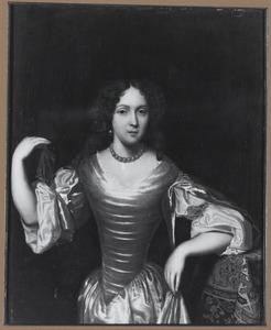 Portret van een vrouw met een kanten zakdoekje in de hand