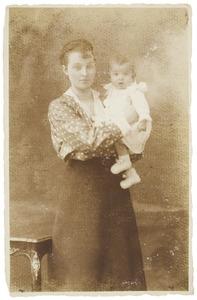 Portret van Theodosie Hubertine Adrienne Juliette Marie Regout (1892-1973) en Maximiliaan Godfried Marie Adriaan van Heijst (1916-)