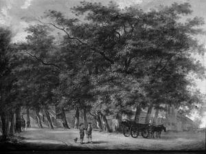 Landweg met bomen, tussen de bomen huizen en een kerk