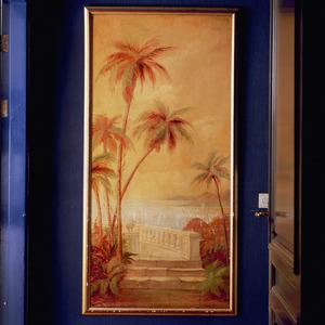 Mediterraan landschap met palmbomen en uitzicht op zee