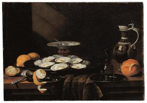 Stilleven met oesters op een tinnen bord, een geschilde citroen, brood en een omgekeerde roemer op een tinnen bord op een deels gedekte tafel