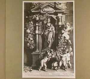 Maria met kind in een nis met engelen en vruchtenguirlandes