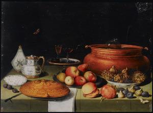 Stilleven met een wijnkoeler, schotel met gebak, schotels met vruchten, porselein, glazen en andere voorwerpen op een gedekte tafel
