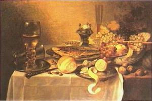 Stilleven met druiven in een klapmuts, gerookte vis, tinnen vaatwerk, roemer, fluitglas, zoutvat en citroen