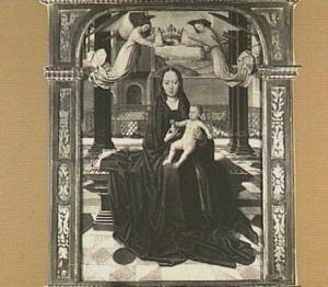 Maria met kind op een terras door engelen gekroond