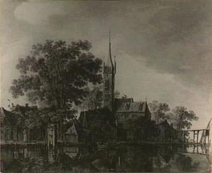 Gezicht op een dorp met een grote kerk aan het water en rechts een houten loopbruggetje