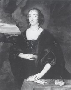 Portret van een vrouw staande naast een tafel