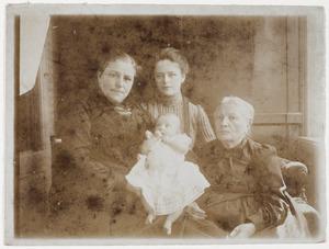 Portret van Johanna Antonia Camerling Helmolt (1883-1960) met haar dochter en mogelijk haar moeder en overgrootmoeder