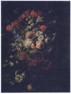 Bloemen in een terracotta vaas