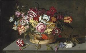 Rozen, tulpen en andere bloemen in een mand