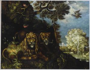 Een leeuw en een leeuwin in een boslandschap