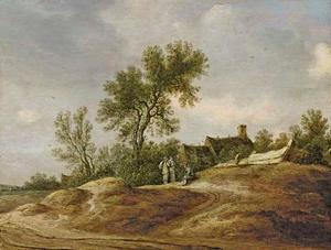 Duinlandschap met drie rustende mensen voor een boerderij