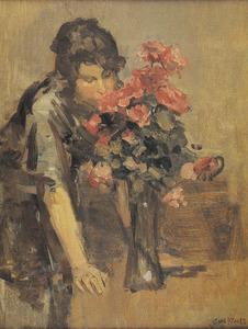 Meisje ruikend aan boeket rozen in een vaas