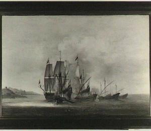 Aanval van galeischepen op Hollandse schepen met links op de achtergrond een versterkte stad