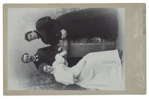 Portret van Andries Bernhardus van Zanten (1847-1927), Elisabeth van Starrenburg (1856-1941) en Johanna Hendrika Maria van Zanten (1878-1960)
