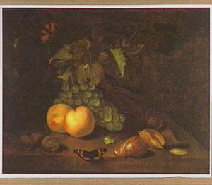 Vruchtenstilleven met perziken, druiven, walnoten, schelpen en vlinders