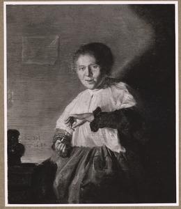 Zittende jonge vrouw met een omgekeerd glas in haar handen