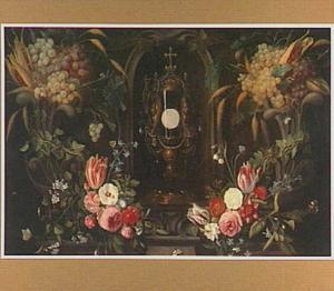 Vruchten en bloemen rond een monstrans met de H. hostie