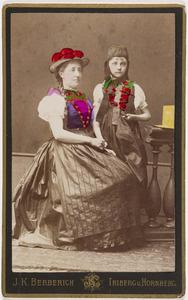 Portret van Sophie Alexandrine van der Staal (1849-1891) en Marie Alexandrine Otheline Caroline gravin van Bylandt (1874-1968)