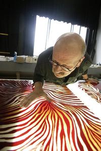 Michel van Overbeeke bij een kunstwerk in zijn atelier