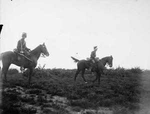Twee militairen te paard tijdens een militaire manoeuvre