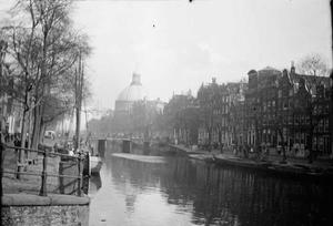 Gezicht op het Singel en de Ronde Lutherse Kerk te Amsterdam