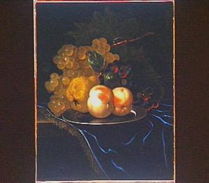 Stilleven van perziken, een peer en blauwe en witte druiven op een tinnen bord