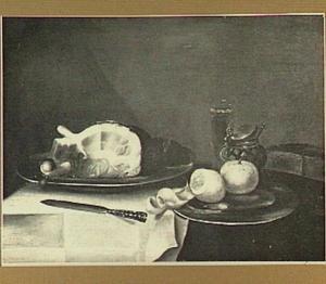 Stilleven van een ham, een mosterdpot, een glas en een tinnen bord met een citroen en een perzik
