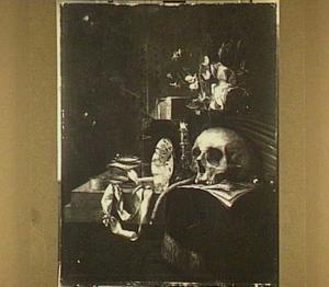 Vanitasstilleven op een tafel een schedel, een vaas met bloemen, een kandelaar, boeken, rookgerei, een omgevallen tazza en een horloge