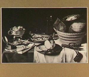 Stilleven met kaas, brood en haring en rookgerei op een donker kleed met wit servet