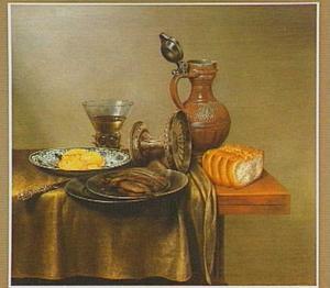 Stilleven van gerookte haring en brood op tinnen en porseleinen vaatwerk met gevulde berkemeier, omgevallen tazza en stenen kan op een tafelkleed op een houten tafel