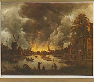 Rivierlandschap met brandende stad in de verte