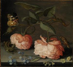 Rozen en ander bloemen, insecten en een hagedis op een stenen plint