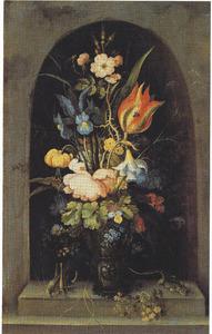 Bloemen in een roemer, met een sprinkhaan en een hagedis, in een nis