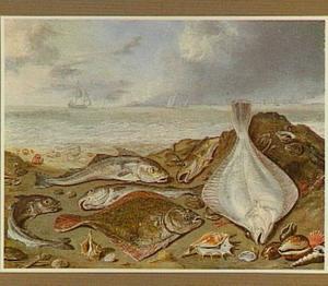 Vissen op het strand; enkele zeilschepen op zee